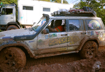 Senderos 4x4 from Argentina helping us in the mud